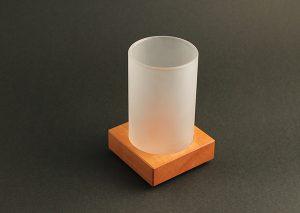 Eksklusiv penneholder i matteret glas og bæredygtigt træ