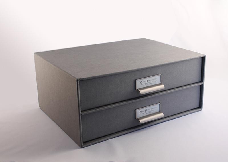 Skuffemøbel til CD I gråt genbrugspapir med lærredsstruktur