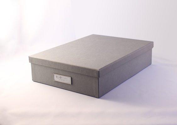 A4 arkivboksI gråt genbrugspapir med lærredsstruktur
