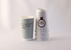 Bæredygtigt engangskrus til varme drikke med logo tryk. FSC certificeret papir beklædt med bionedbrydeligt polyethylen (PE)