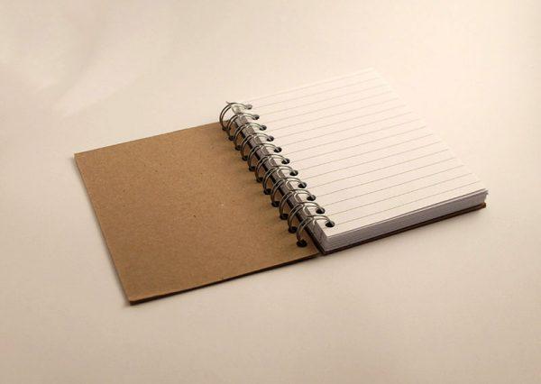 Notesbog A6 i naturfarvet genbrugspap