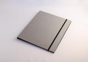 Bæredygtig A4 mappe med elastik i fcs certificeret genbrugspap