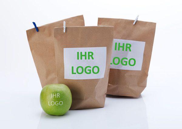 Frugt med spiseligt logo i bæredygtig naturfarvet pose med label