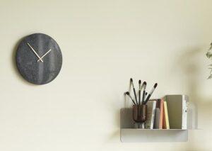 Skønt, enkelt og bæredygtigt vægur i marmor og messing