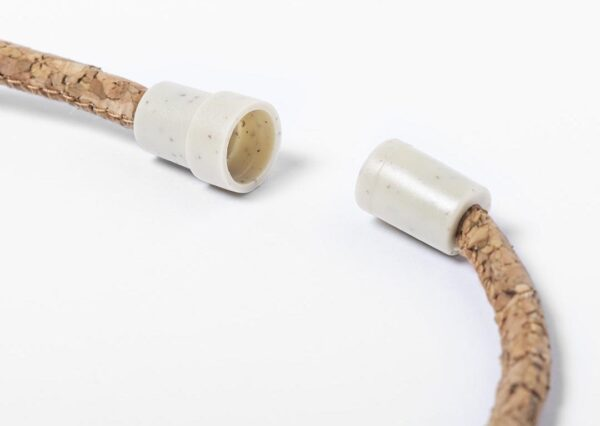 Miljøvenlig keyhanger i kork med lukkkemekanisme i hvedefiber